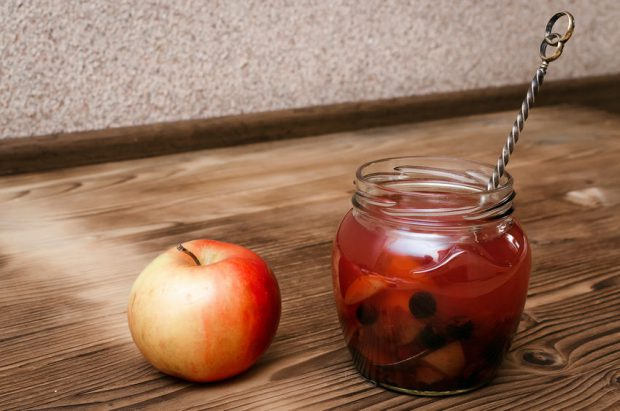 Compot de mere - borcan cu compot de mere