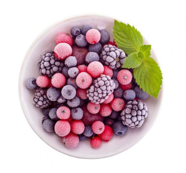 Fructe de pădure congelate - bol în care se află fructe de pădure congelate