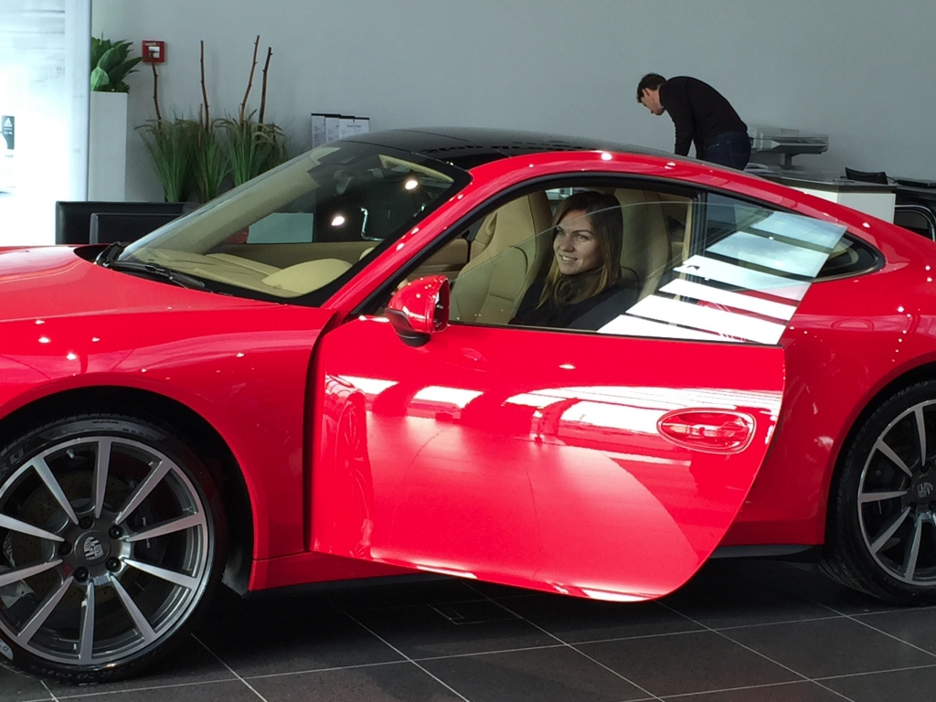 porsche-gives-simona-halep-a-red-porsche-911-carrera-4_7.jpg