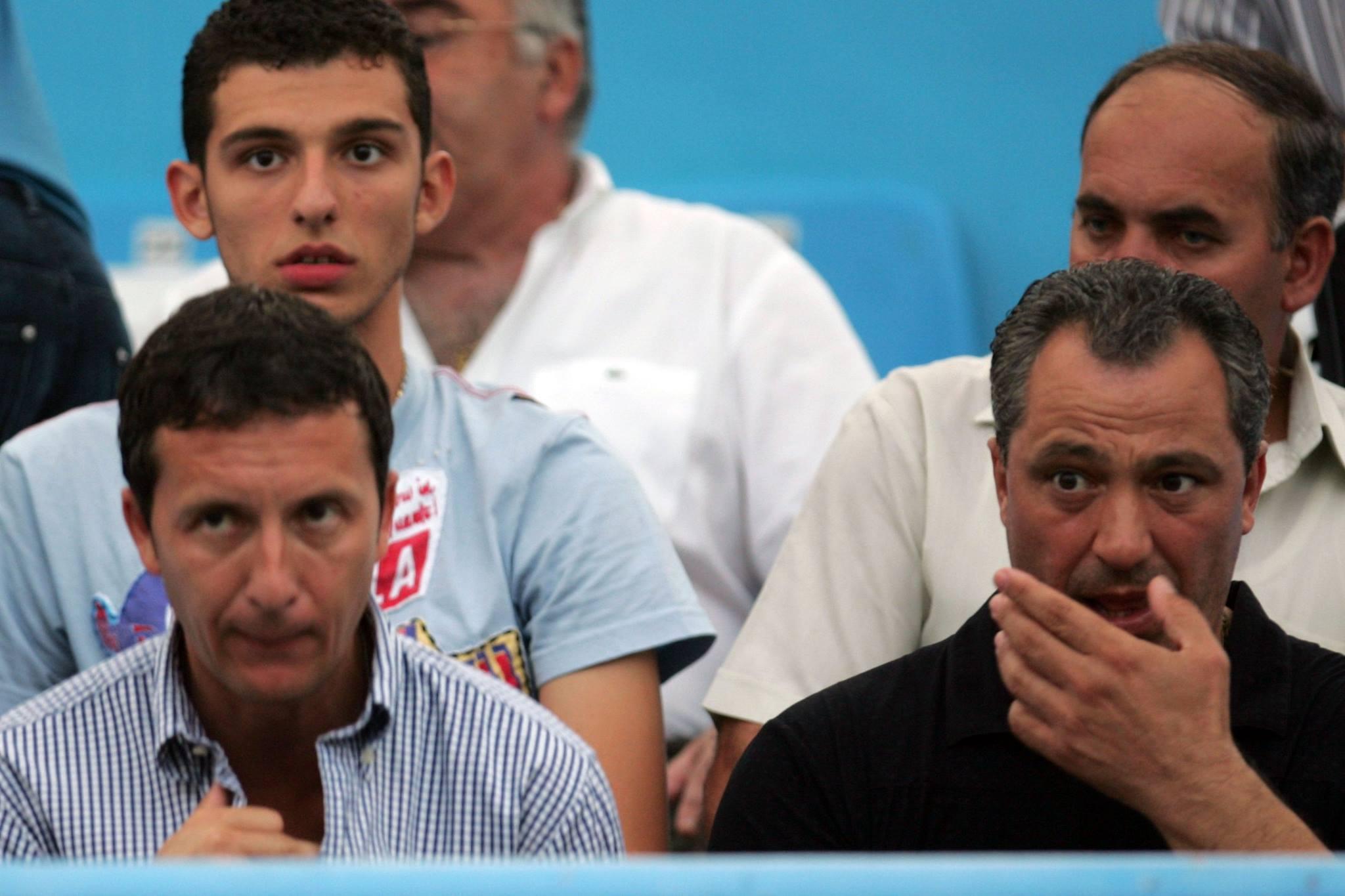 Costa Sponte (în spatele lui Mihai Stoica, stânga, sus) îl însoțește pe tatăl său, Teia Sponte - dreapta, la evenimente sportive