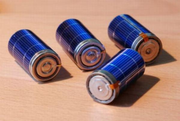 Baterii albastre pe o masă