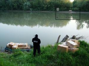 Contrabandiștii s-au aruncat în Tisa de frică să nu fie împușcați. Polițiștii de frontieră au confiscat, într-o singură zi, zeci de mii de pachete de țigări în valoare de peste 400.000 de lei