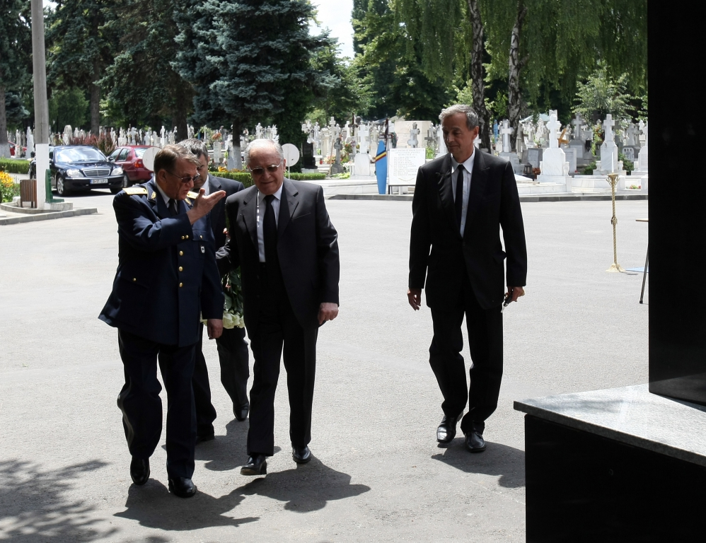 Iliescu a dat, Iohannis a luat. Corupții, lăsați fără titlurilepentru merite deosebite și locuri de veci gratuite