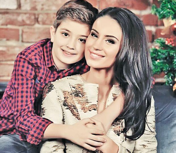 Geanina are un băieţel de 9 ani, Patrick, care-şi doreşte de la mama lui un partener de fotbal