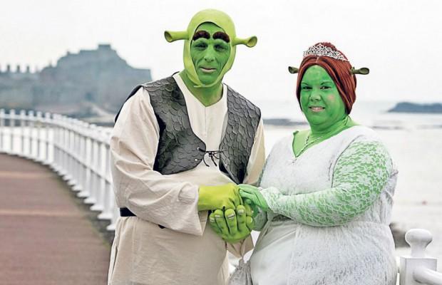 Paul Bellas şi Heidi Coxshall s-au cununat costumaţi în Shrek şi Fiona