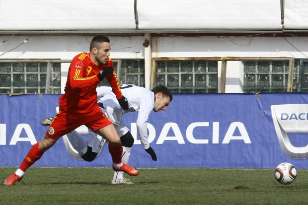 Alexandru Ioniță (în roșu), pe vremea când încă se mai credea fotbalist și juca la naționala de tineret