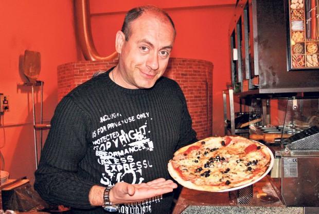 Americanu Emil Mitrache, pe vremea când câştiga şi din TV, şi din localul în care servea pizza. Azi nu mai e la fel de fericit şi nici la fel de bogat...