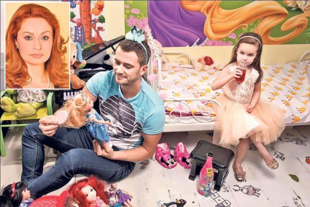 Dan Cruceru se pricepe şi la pieptănat păpuşi, de când e bonă pentru fiica sa, Sophie. Până-şi va găsi de lucru, bani în casă aduce soţia lui, Cristina Pocora (foto mic) - Foto: Maestrul Antochi.taticool.ro