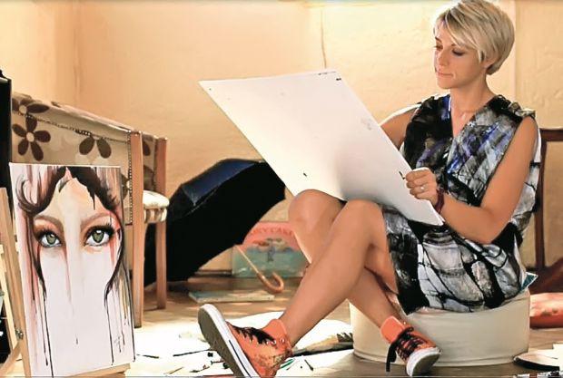 Simona adoră pictura şi desenul. Acum  pregăteşte prima  ei expoziţie