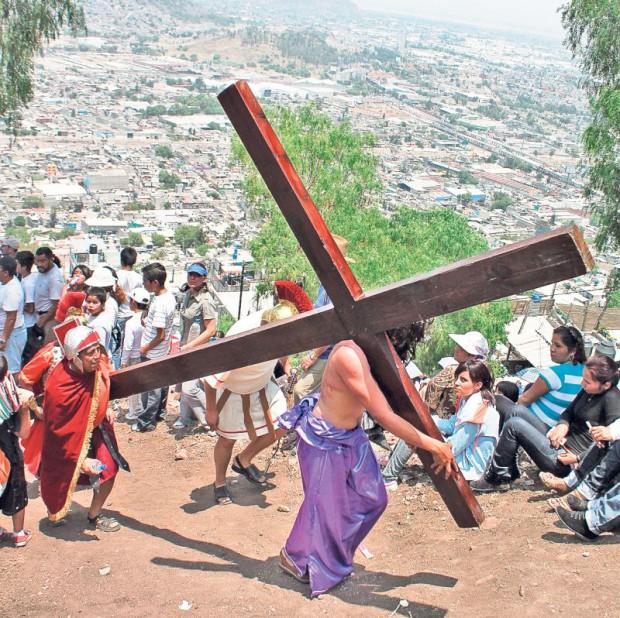 Mexicanul ales să-l întruchipeze pe Iisus poartă pe umeri o cruce foarte grea