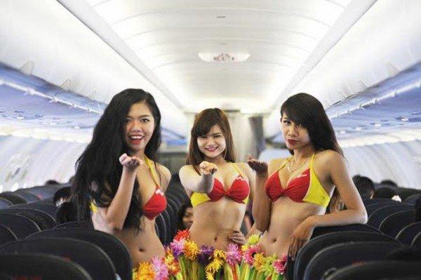 VietJet- Stewardese în costume de baie
