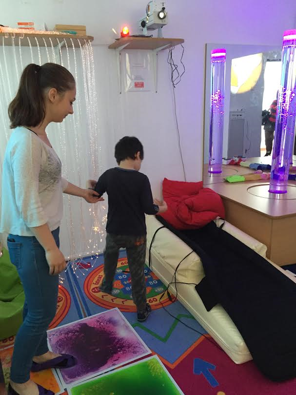 copil cu autism - terapeut