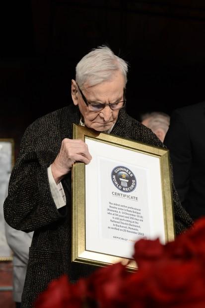 Actorul Radu Beligan primeste certificatul Guinness World Records, care atesta ca este cel mai longeviv actor înca în activitate pe scena unui teatru, la Teatrul National Bucuresti (TNB), duminica, 15 decembrie 2013. SILVIU MATEI / MEDIAFAX FOTO