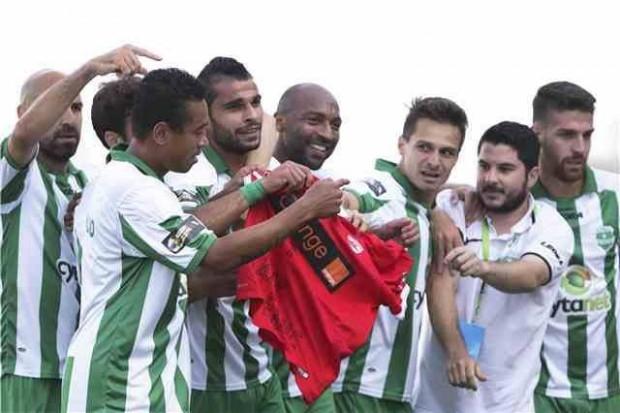 Jucătorii de la Aris cu tricoul lui Ekeng