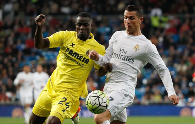 epa05269527 Real Madrid's Cristiano Ronaldo (R) in action against Eric Bailly (L) of Villarreal during the Spanish Liga Primera Division soccer match played at the Santiago Bernabeu stadium, in Madrid, Spain, 20 April 2016.  EPA/JuanJo Martin