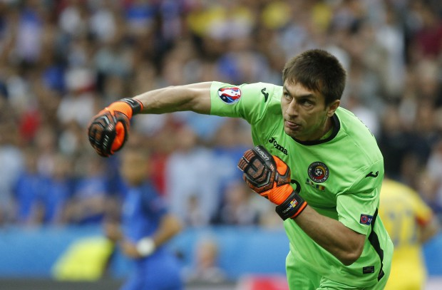 epa05355592 Goalkeeper Ciprian Tatarusanu of Romania in action during the UEFA EURO 2016 group A preliminary round match between France and Romania at Stade de France in Saint-Denis, France, 10 June 2016. (RESTRICTIONS APPLY: For editorial news reporting purposes only. Not used for commercial or marketing purposes without prior written approval of UEFA. Images must appear as still images and must not emulate match action video footage. Photographs published in online publications (whether via the Internet or otherwise) shall have an interval of at least 20 seconds between the posting.) EPA/YOAN VALAT EDITORIAL USE ONLY
