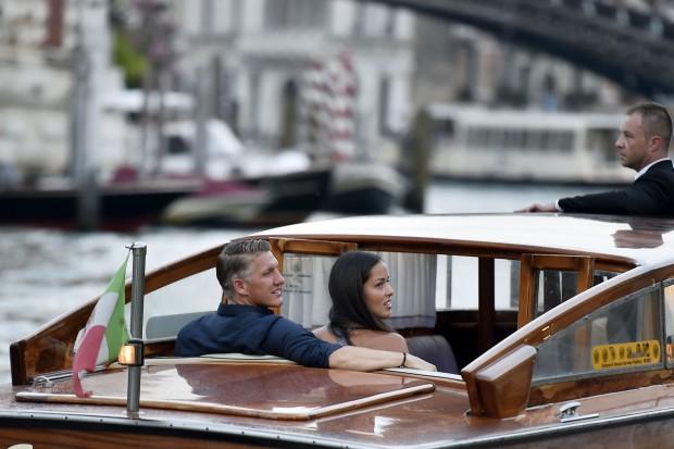 Bastian Schweinsteiger și Ana Ivanovici, plimbându-se cu barca pe canalele Veneției. (FOTO: Northfoto)