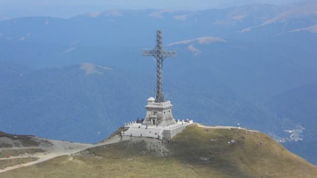 Monumentul_Eroilor_cunoscut_si_sub_numele_de_Crucea_de_pe_Caraiman_-_vedere_de_pe_creasta_Caraimanului
