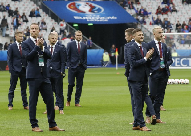 epa05405947 Players of Iceland inspect the pitch before the UEFA EURO 2016 quarter final match between France and Iceland at Stade de France in Saint-Denis, France, 03 July 2016. (RESTRICTIONS APPLY: For editorial news reporting purposes only. Not used for commercial or marketing purposes without prior written approval of UEFA. Images must appear as still images and must not emulate match action video footage. Photographs published in online publications (whether via the Internet or otherwise) shall have an interval of at least 20 seconds between the posting.) EPA/ETIENNE LAURENT EDITORIAL USE ONLY
