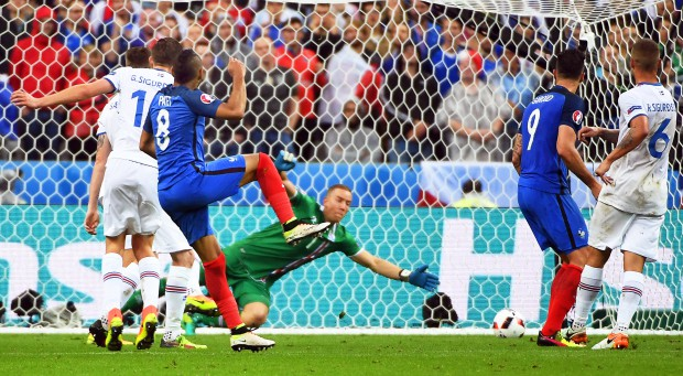 epa05406191 Dimitri Payet (C-L) of France scores the 3-0 lead against Iceland's goalkeeper Hannes Halldorsson (back) during the UEFA EURO 2016 quarter final match between France and Iceland at Stade de France in Saint-Denis, France, 03 July 2016. (RESTRICTIONS APPLY: For editorial news reporting purposes only. Not used for commercial or marketing purposes without prior written approval of UEFA. Images must appear as still images and must not emulate match action video footage. Photographs published in online publications (whether via the Internet or otherwise) shall have an interval of at least 20 seconds between the posting.) EPA/FILIP SINGER EDITORIAL USE ONLY