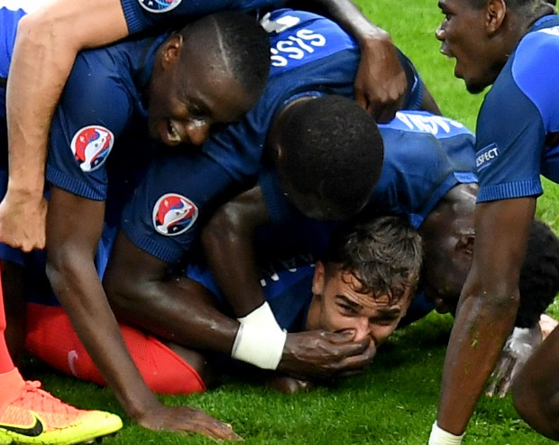 epa05406221 Antoine Griezmann of France (bottom C) celebrates with teammates after scoring the 4-0 goal during the UEFA EURO 2016 quarter final match between France and Iceland at Stade de France in Saint-Denis, France, 03 July 2016. (RESTRICTIONS APPLY: For editorial news reporting purposes only. Not used for commercial or marketing purposes without prior written approval of UEFA. Images must appear as still images and must not emulate match action video footage. Photographs published in online publications (whether via the Internet or otherwise) shall have an interval of at least 20 seconds between the posting.) EPA/GEORGI LICOVSKI EDITORIAL USE ONLY