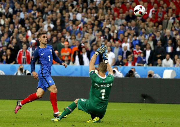 epa05406223 Antoine Griezmann of France (L) scores the 4-0 during the UEFA EURO 2016 quarter final match between France and Iceland at Stade de France in Saint-Denis, France, 03 July 2016. (RESTRICTIONS APPLY: For editorial news reporting purposes only. Not used for commercial or marketing purposes without prior written approval of UEFA. Images must appear as still images and must not emulate match action video footage. Photographs published in online publications (whether via the Internet or otherwise) shall have an interval of at least 20 seconds between the posting.) EPA/ABEDIN TAHERKENAREH EDITORIAL USE ONLY