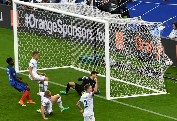 epa05406288 Kolbeinn Sigthorsson (3-L) of Iceland scores the 4-1 goal during the UEFA EURO 2016 quarter final match between France and Iceland at Stade de France in Saint-Denis, France, 03 July 2016. (RESTRICTIONS APPLY: For editorial news reporting purposes only. Not used for commercial or marketing purposes without prior written approval of UEFA. Images must appear as still images and must not emulate match action video footage. Photographs published in online publications (whether via the Internet or otherwise) shall have an interval of at least 20 seconds between the posting.) EPA/GEORGI LICOVSKI EDITORIAL USE ONLY