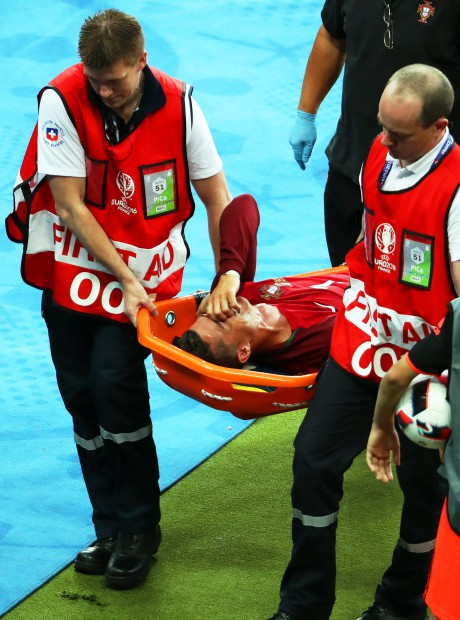 epa05419156 Cristiano Ronaldo (C) of Portugal is stretchered off the pitch after being injured during the UEFA EURO 2016 Final match between Portugal and France at Stade de France in Saint-Denis, France, 10 July 2016. (RESTRICTIONS APPLY: For editorial news reporting purposes only. Not used for commercial or marketing purposes without prior written approval of UEFA. Images must appear as still images and must not emulate match action video footage. Photographs published in online publications (whether via the Internet or otherwise) shall have an interval of at least 20 seconds between the posting.) EPA/SRDJAN SUKI EDITORIAL USE ONLY