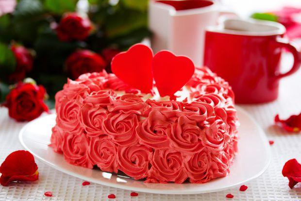 retete tort de ciocolata in forma de inima cu crema rosie