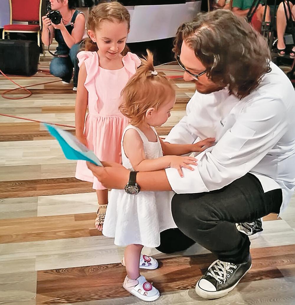 Chef Dumitrescu a fost vizitat pe platoul de filmare de fetițele lui, Ava și Mia
