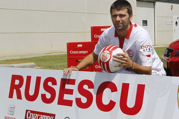 Raul Rusescu, în momentul prezentării la FC Sevilla. (FOTO: EPA)