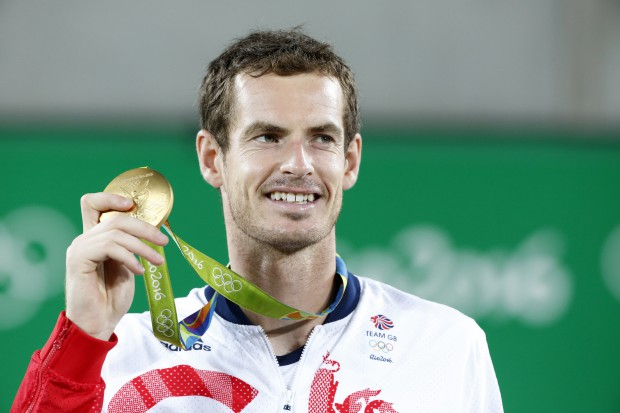 epa05485750 Gold medal winner Andy Murray of Great Britain celebrates after the awarding ceremony of men's singles gold medal match of the Rio 2016 Olympic Games Tennis events at the Olympic Tennis Centre in the Olympic Park in Rio de Janeiro, Brazil, 14 August 2016. EPA/MICHAEL REYNOLDS