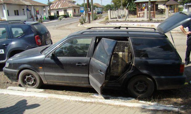 În Volkswagen-ul neînmatriculat oprit de polițiștii de frontieră de la Rădăuți-Prut au fost descoperite aproape 8.000 de pachete de țigări de contrabandă