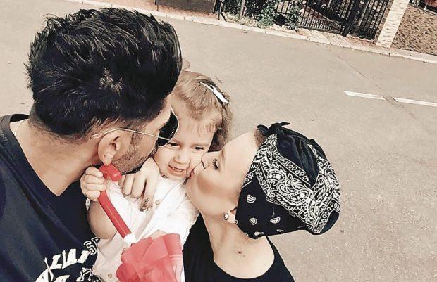 Connect-R și Misha sunt topiți după fetița lor de 2 ani și 8 luni