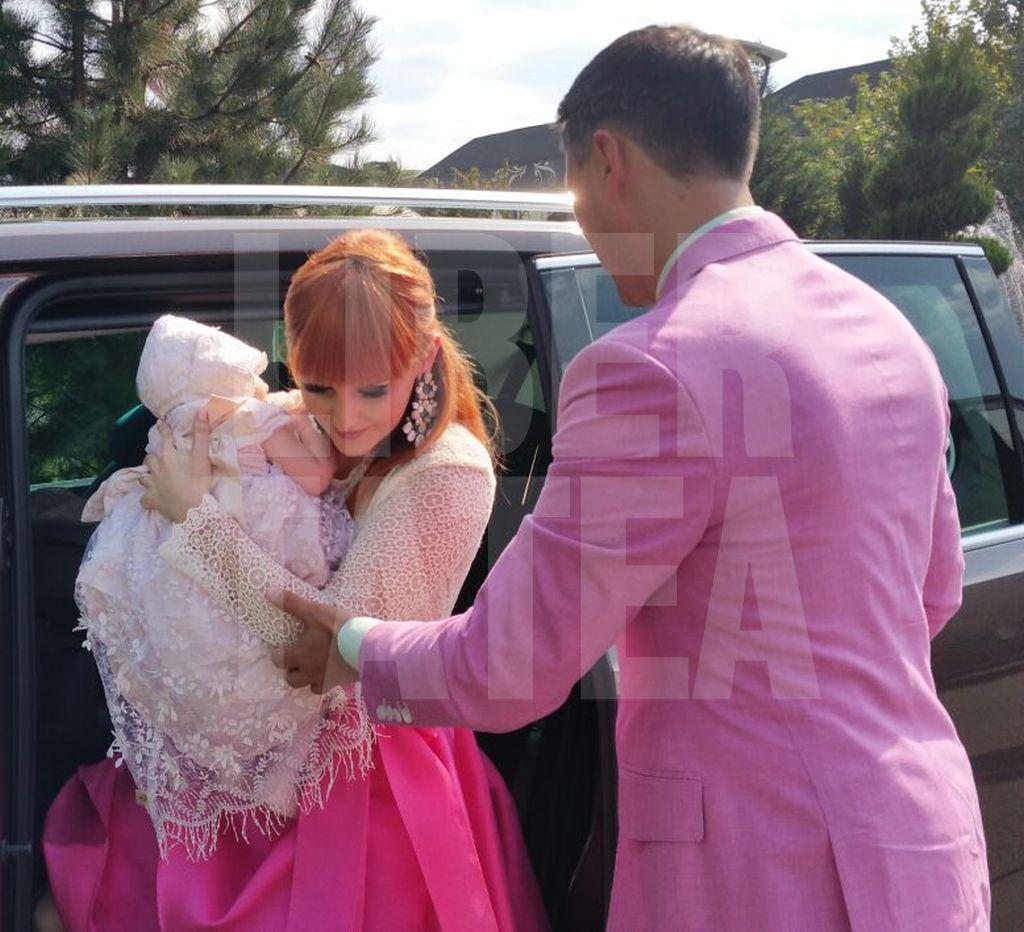 Alina Sorescu și Alexandru Ciucu și-au asortat ținutele la botezul fiicei lor, Ana Raisa