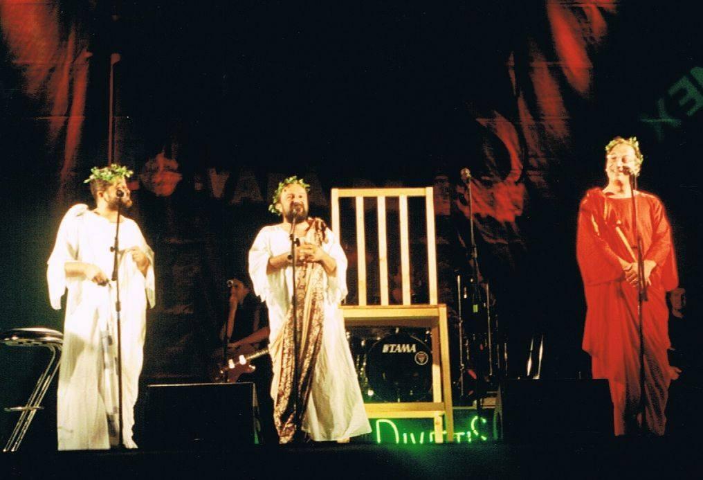 Ioan Gyuri pascu și Cristian Grețcu, într-o scenetă cu grupul Divertis
