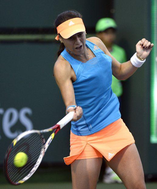 epa04116385 Sorana Cirstea of Romania hits a return against Camila Giorgi of Italy at the BNP Paribas Open tennis in Indian Wells, California, USA, 08 March 2014. EPA/JOHN G. MABANGLO