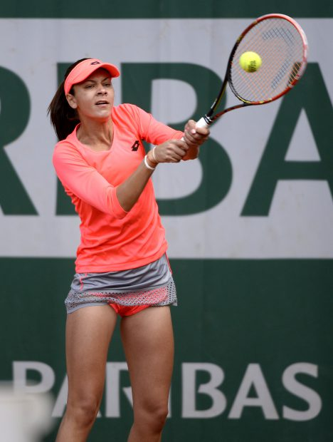 epa04775196 Andreea Mitu of Romania in action against Francesca Schiavone of Italy during their third round match for the French Open tennis tournament at Roland Garros in Paris, France, 30 May 2015. EPA/CAROLINE BLUMBERG