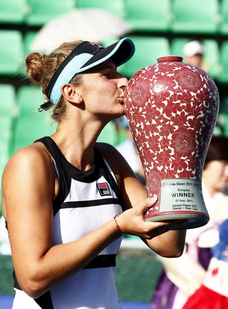 epa04951894 Irina-Camelia Begu of Romania kisses her trophy after defeating Aliaksandra Sasnovich of Belarus in their women's final match of the 2015 Korea Open tennis tournament at Olympics Park in Seoul, South Korea, 27 September 2015. Begu won 6-3 and 6-1. EPA/JEON HEON-KYUN