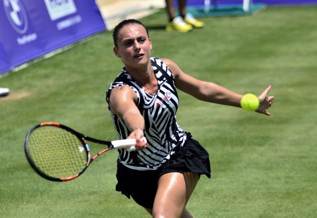 epa05362177 Ana Bogdan of Romania returns the ball to Kateryna Kozlova of the Ukraine during the first round of the Mallorca Open 2016 played at Santa Ponsa court in Majorca, Balearics Islands, Spain, 13 June 2016. EPA/ATIENZA