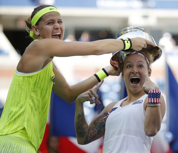 epa05535363 Bethanie Mattek-Sands of the US (R) and Lucie Safarova of the Czech Republic (L) celebrate with the championship trophy after defeating Caroline Garcia of France and Kristina Mladenovic of France during the women's doubles final on the final day of the US Open Tennis Championships at the USTA National Tennis Center in Flushing Meadows, New York, USA, 11 September 2016. The US Open runs through September 11. EPA/CJ GUNTHER