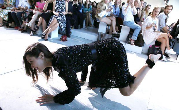 Bella Hadid a căzut pe podium