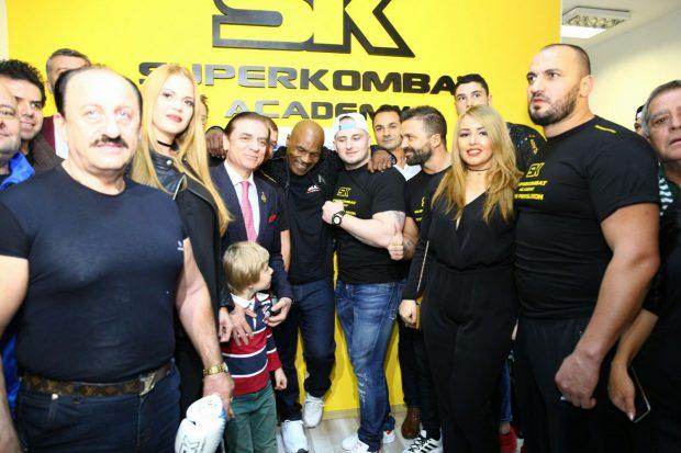 Mike Tyson și Prințul Paul s-au fotografiat cu luotatorii profesioniști și amatori care se antrenbează într-o sala de sport din București