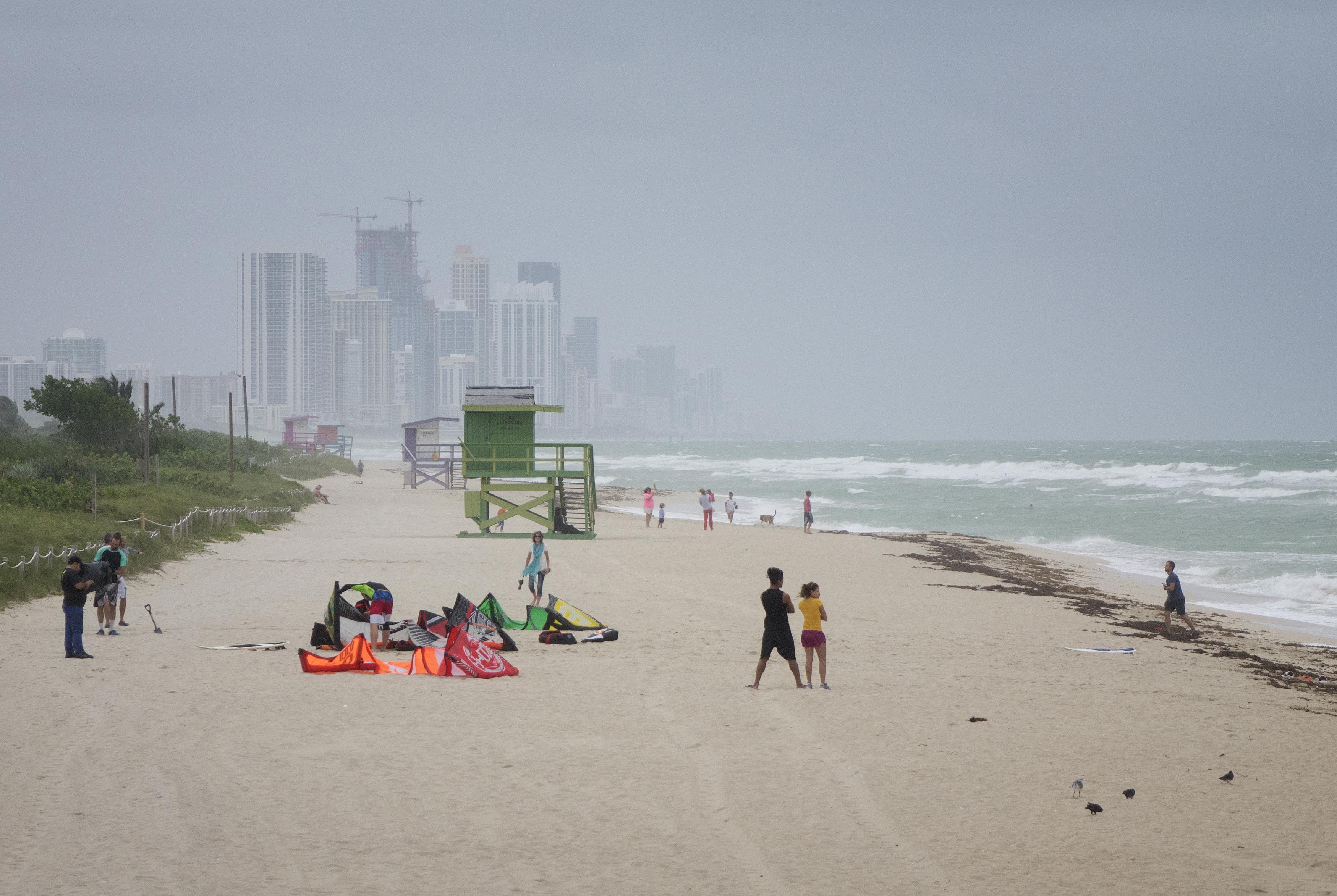 Locuitorii din Florida au ieșit cu corturile pe plajă