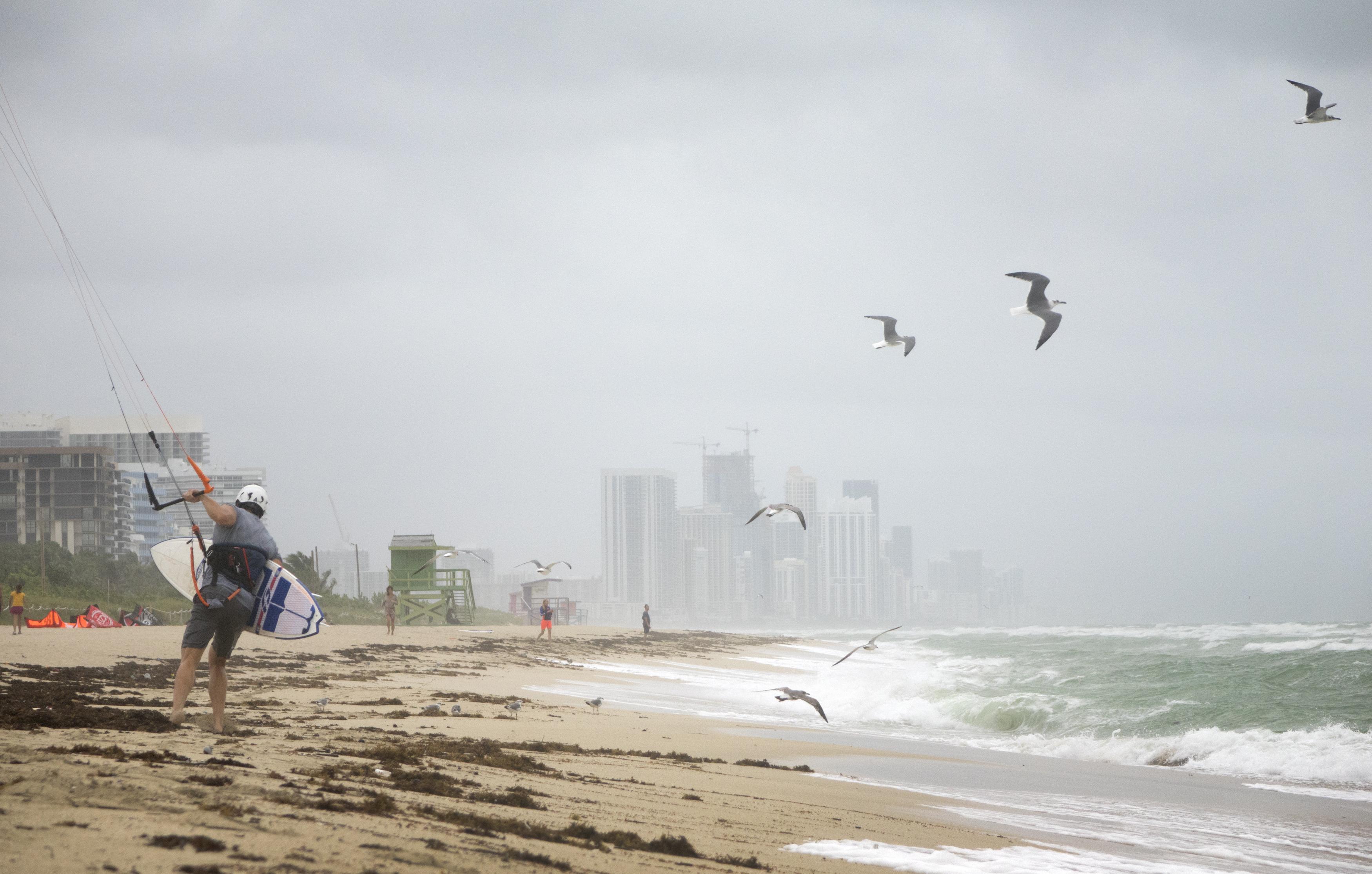 Mai mulți americani au ieșit să facă surf, deși uraganul Matthew urmează să lovească din plin coasta de est a Floridei