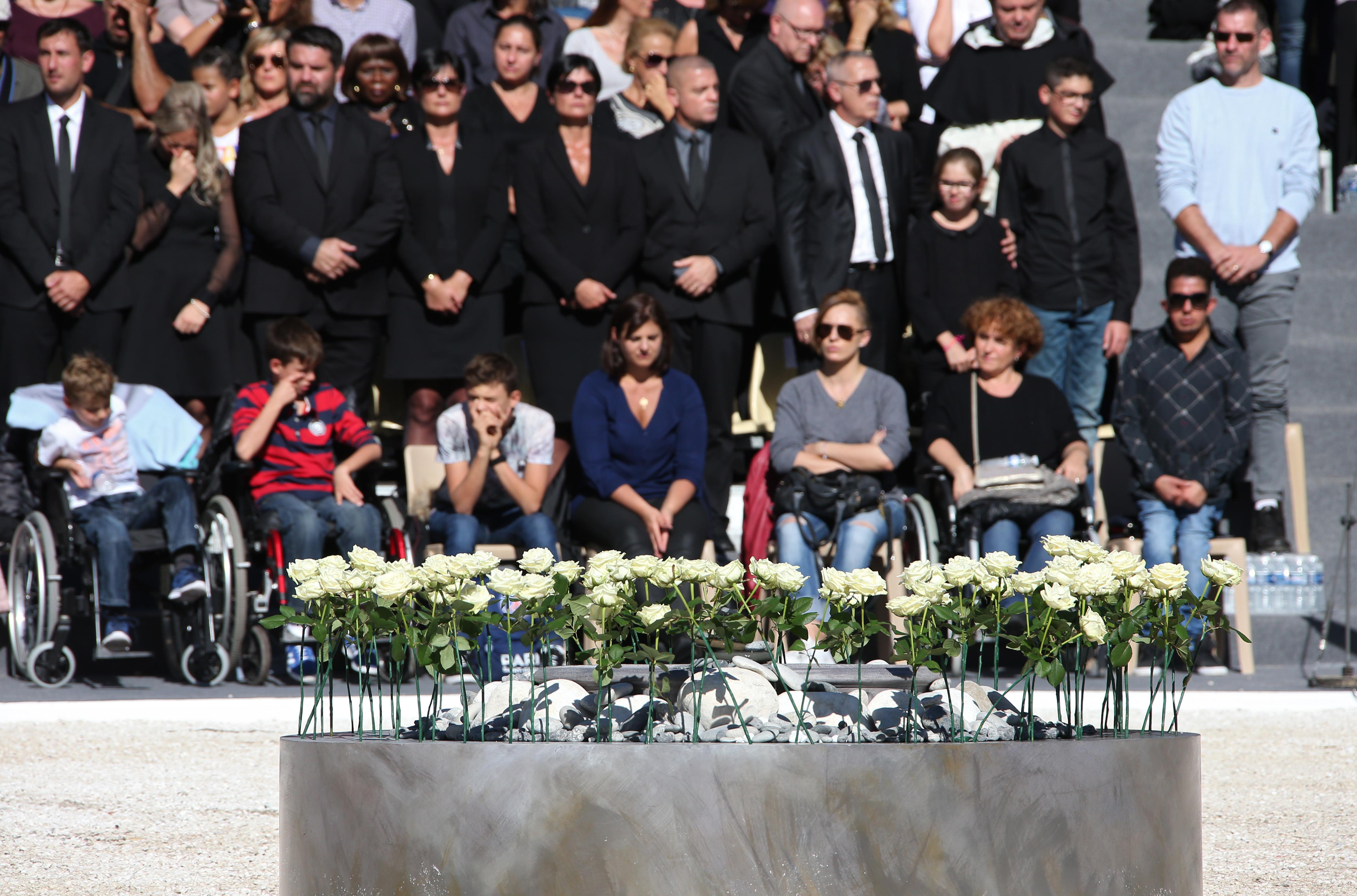 În centrul pieții, unde a avut loc ceremonia au fost depuși 86 de trandafiri albi, câte unul pentru fiecare victimă