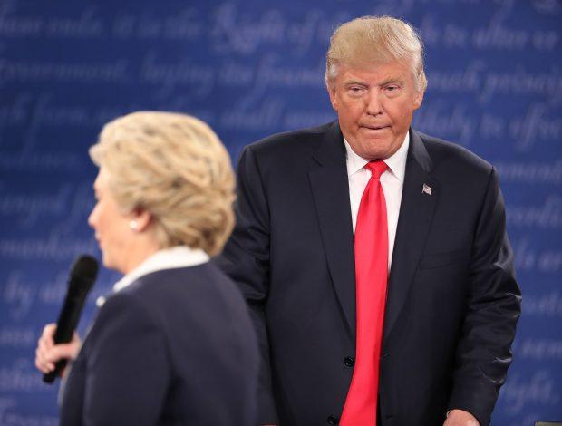 Hillary Clinton îl acuză pe Donald Trump că a urmărit-o într-un mod agresiv pe scenă, în timpul celei de-a doua dezbateri prezidențiale - EPA