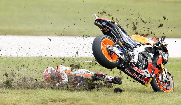 epa05598749 Marc Marquez of Spain for the Repsol Honda Team crashes during the 2016 Australian MotoGP at Phillip Island, Victoria, Australia, 23 October 2016. EPA/TRACEY NEARMY AUSTRALIA AND NEW ZEALAND OUT