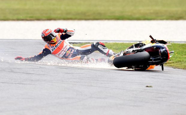epa05598771 Marc Marquez of Spain for the Repsol Honda Team crashes during the 2016 Australian MotoGP, Philip Island, Victoria, Australia, 23 October 2016. EPA/TRACEY NEARMY AUSTRALIA AND NEW ZEALAND OUT