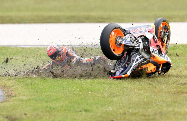 epaselect epa05598767 Marc Marquez of Spain for the Repsol Honda Team crashes during the 2016 Australian MotoGP, Philip Island, Victoria, Australia, 23 October 2016. EPA/TRACEY NEARMY AUSTRALIA AND NEW ZEALAND OUT